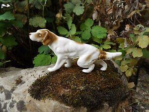"""Chien Peint ancien sujet en porcelaine biscuit peint """" chien de chasse a l'arrêt"""