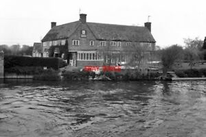 PHOTO-1980-THE-039-ROSE-REVIVED-039-PUBLIC-HOUSE-AT-NEWBRIDGE-ON-THE-RIVER-THAMES-ON