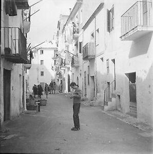ESPAGNE c. 1951 - Rue Animée Maisons Baléares - Négatif 6 x 6 - Esp 161 k2FPUQWD-09152606-462151841