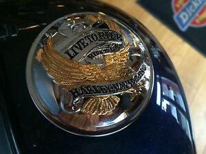 99020-90T LIVE TO RIDE TANKDECKEL COVER ABDECKUNG CHROM & GOLD  ORIGINAL HARLEY