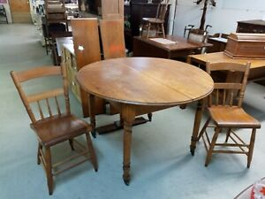 Round-Oak-Dining-Table-with-2-Chairs-and-2-Extra-Leaves-Country