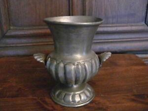 kleine über 50 Jahre alte Zinn Vase Zinn Boden gemarkt AKU Engel mit Schwert
