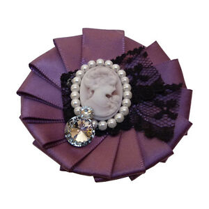 Broche-idee-cadeau-Camee-perles-blanches-strass-dentelle-noire-satin-violet