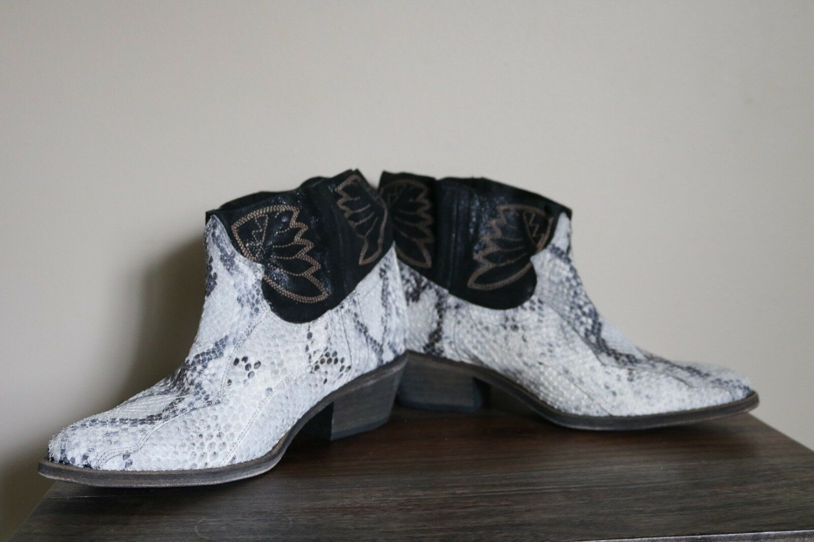 New Free People Dorado Leather White Snake Effect Effect Effect Ankle Boots Sz 38 3c71ed