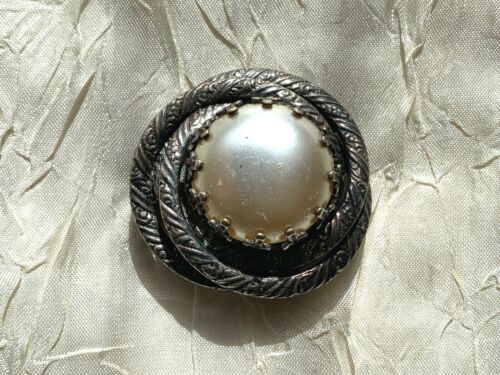 A *put-what-you-want-inside* Round vintage FRENCH frame-brooch style in silver adorned with flowers