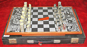 JEU-D-ECHECS-PATTES-ACIER-INOXYDABLE-ET-RESINE-NOVA-INOX-BARCELONE-VERS-1960
