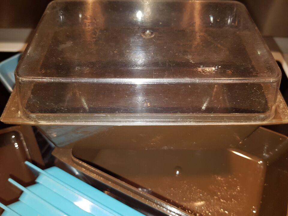 Køle/svaleskab, Gram Plastisk bakker brugt i lågen