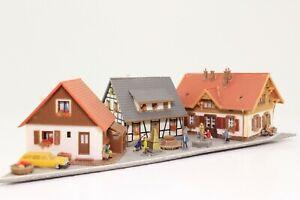 Diorama-Spur-N-3-Wohnhaeuser-mit-Marktplaz-Figuren-sehr-schoen-fertig-aufgebaut