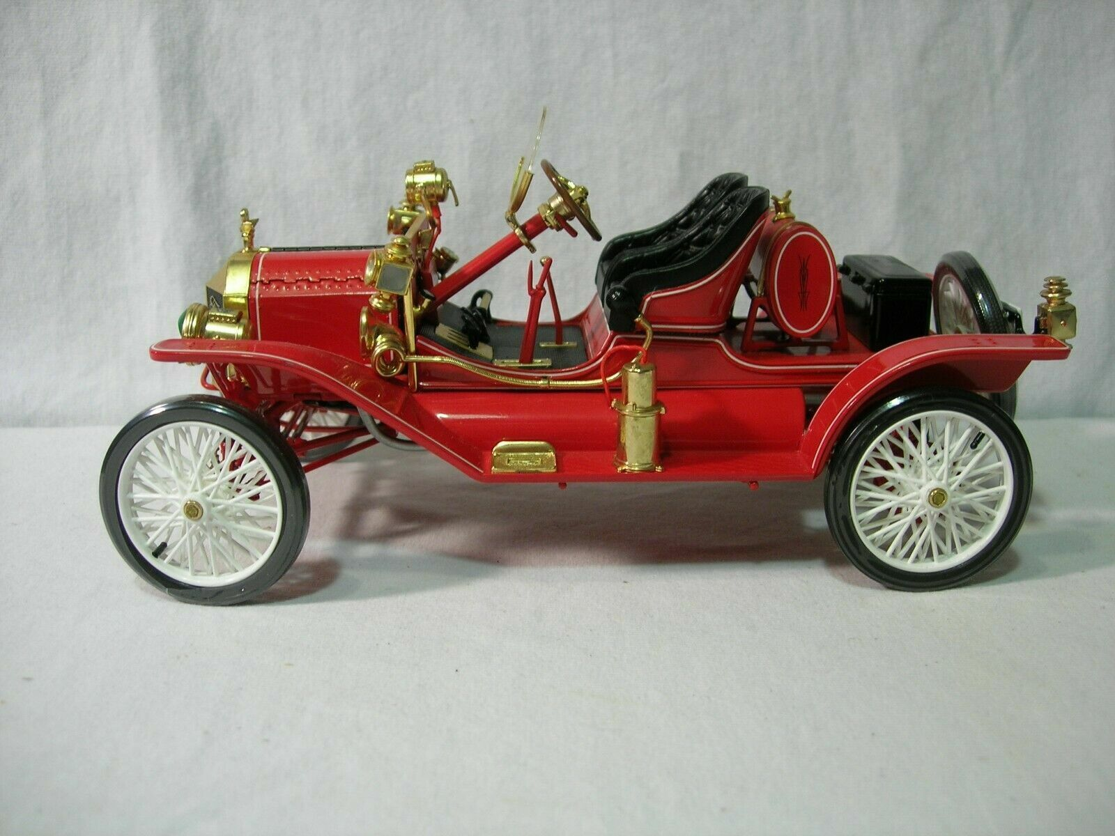 1.18 1913 FORD MODEL T SPEEDSTER NEW IN THE BOX.  DIECAST CAR  RED
