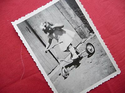 Genereus Photographie Ancienne ,enfant , Fillette Sur Tricycle , Vélo , Photo 1947
