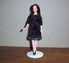 """Puppenstubenpuppe """"moderne junge Frau im schwarzen Kleid """", Miniatur 1:12"""
