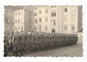 7-582-FOTO-SOLDATEN-STAHLHELM-KASERNE
