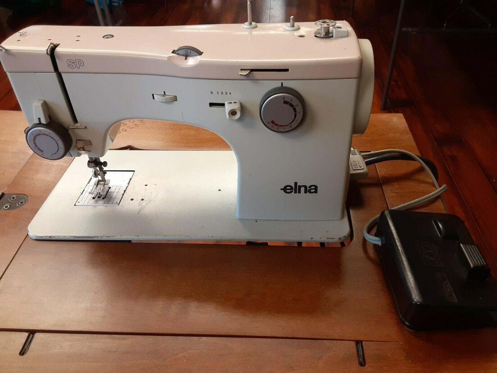 s l1600 - Elna SP Sewing Machine 390B & extras Table Not Included Made in Switzerland NICE