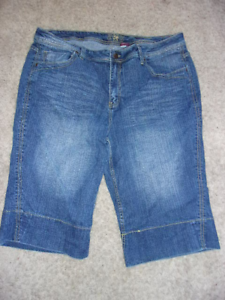 DISTRESSED BLUE JEANS CAPRIS WITH PRINTED BELT /& CUFFED BOTTOM FOR BARBIE