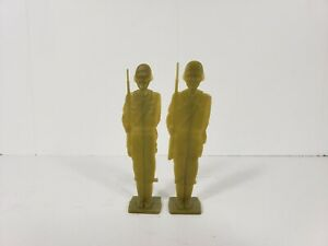 Vintage-flat-plastic-green-army-men