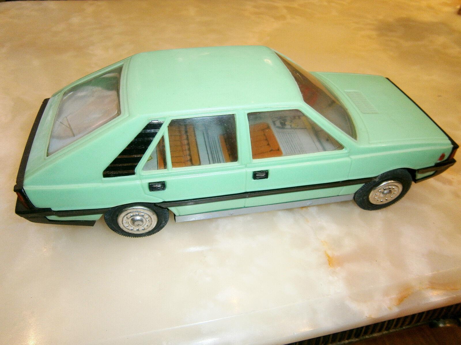 VINTAGE OLD MECHANISM FIAT POLONEZ POLAND verde CAR TOY PLASTIC TIN CZZ
