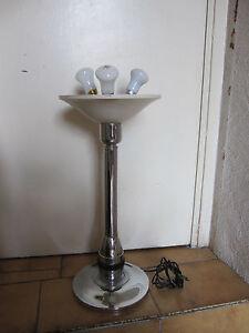 DESIGN VINTAGE lamp, lampe,importante lampe métal 3 lumières 53cm - France - DESIGN VINTAGE , importante lampe 3 lumires (douille bayonnettes) en métal chromé avec bague en bakélite (je crois pour le réglage de l'intensité mais elle est bloquée), hauteur 53cm, diamtre coupe 24,5cm. Fonctionne. Vendue en l'état, san - France
