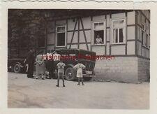 (F8776) Orig. Foto Personen vor einem Fachwerkhaus, Automobil, 1930er