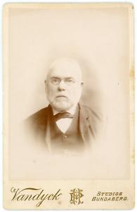 Vandyck-Bundaberg-Papy-a-lunettes-Vintage-silver-print-Tirage-argentique