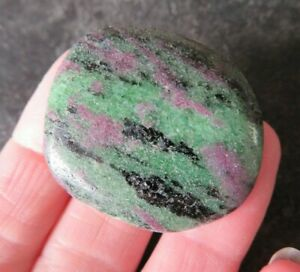 LOVELY-RUBY-IN-ZOISITE-ANYOLITE-18-4-grams-35-mm-PALM-OR-FLAT-STONE-A10