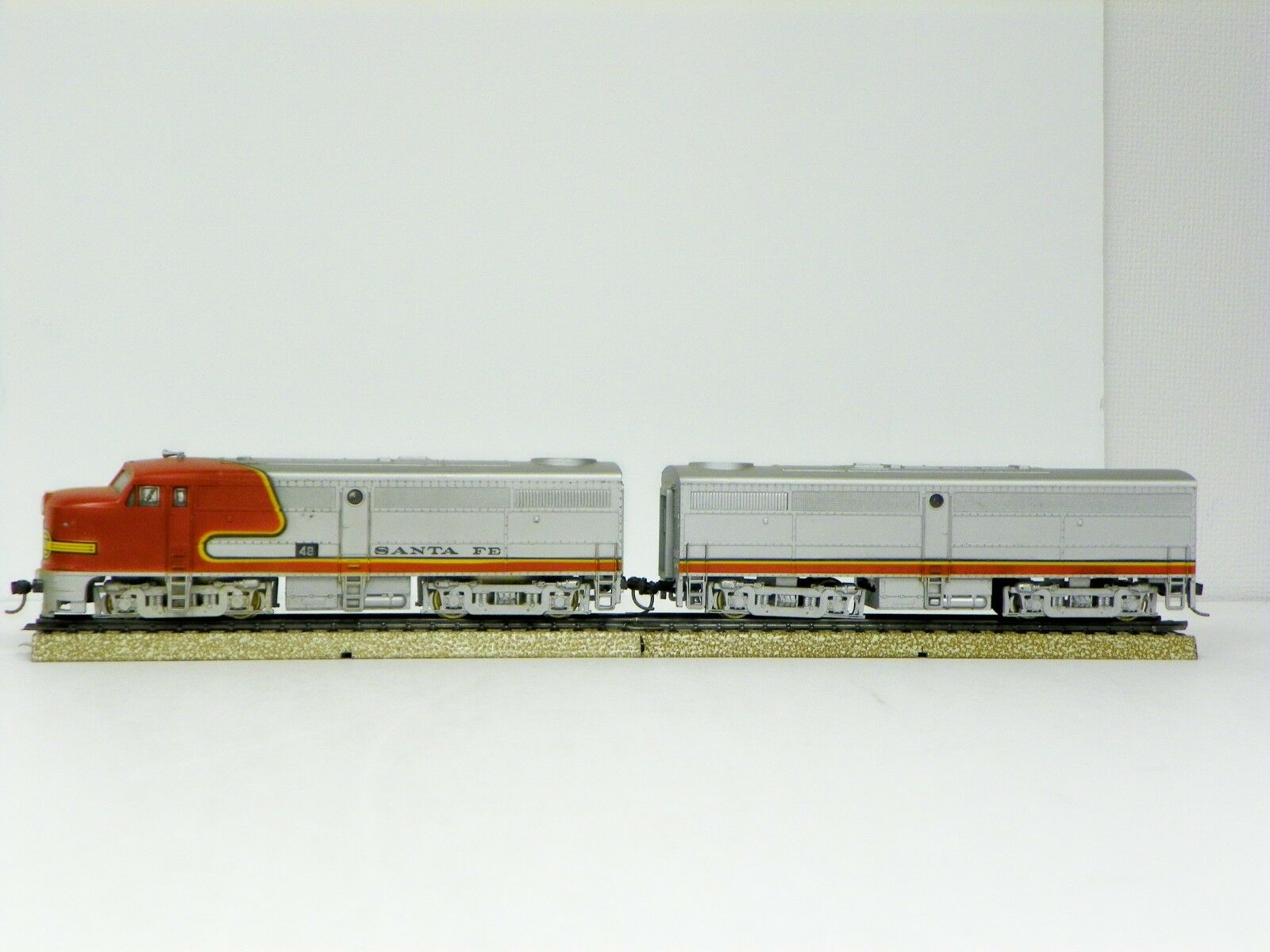 TRAIN MINIATURE HO R-T-R  SANTA FE  FA-1(PWR) FB-1(DMY) ALCO LOCOMOTIVE PAIR
