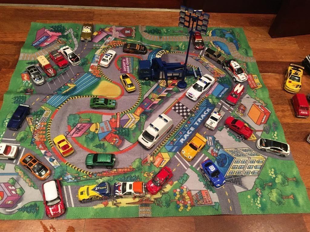 Tappeto di gioco e collezione di auto giocattolo