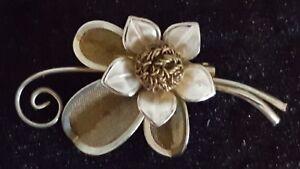 Gold-colour-gilt-metal-vintage-Art-Deco-antique-flower-brooch-B