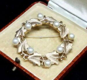 Vintage-Crown-Trifari-Faux-Pearl-Circle-Wreath-Ivy-Leaves-Gold-Tone-Brooch-Pin