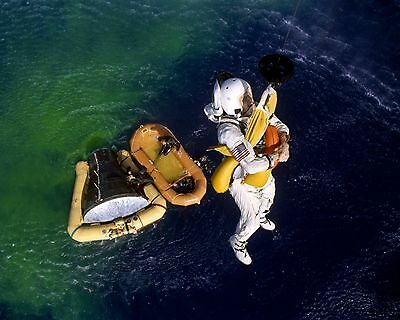 8X10 NASA PHOTO JIM LOVELL FRANK BORMAN GEMINI 7 ASTRONAUTS BREAKFAST AA-623