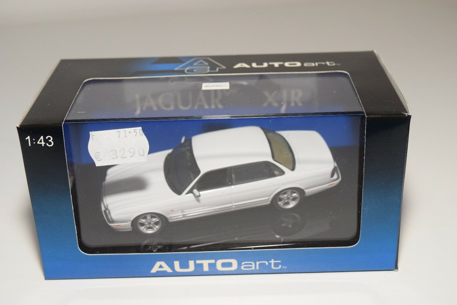 AUTOART AUTO ART 53602  JAGUAR XJR blanc MINT BOXED RARE  authentique