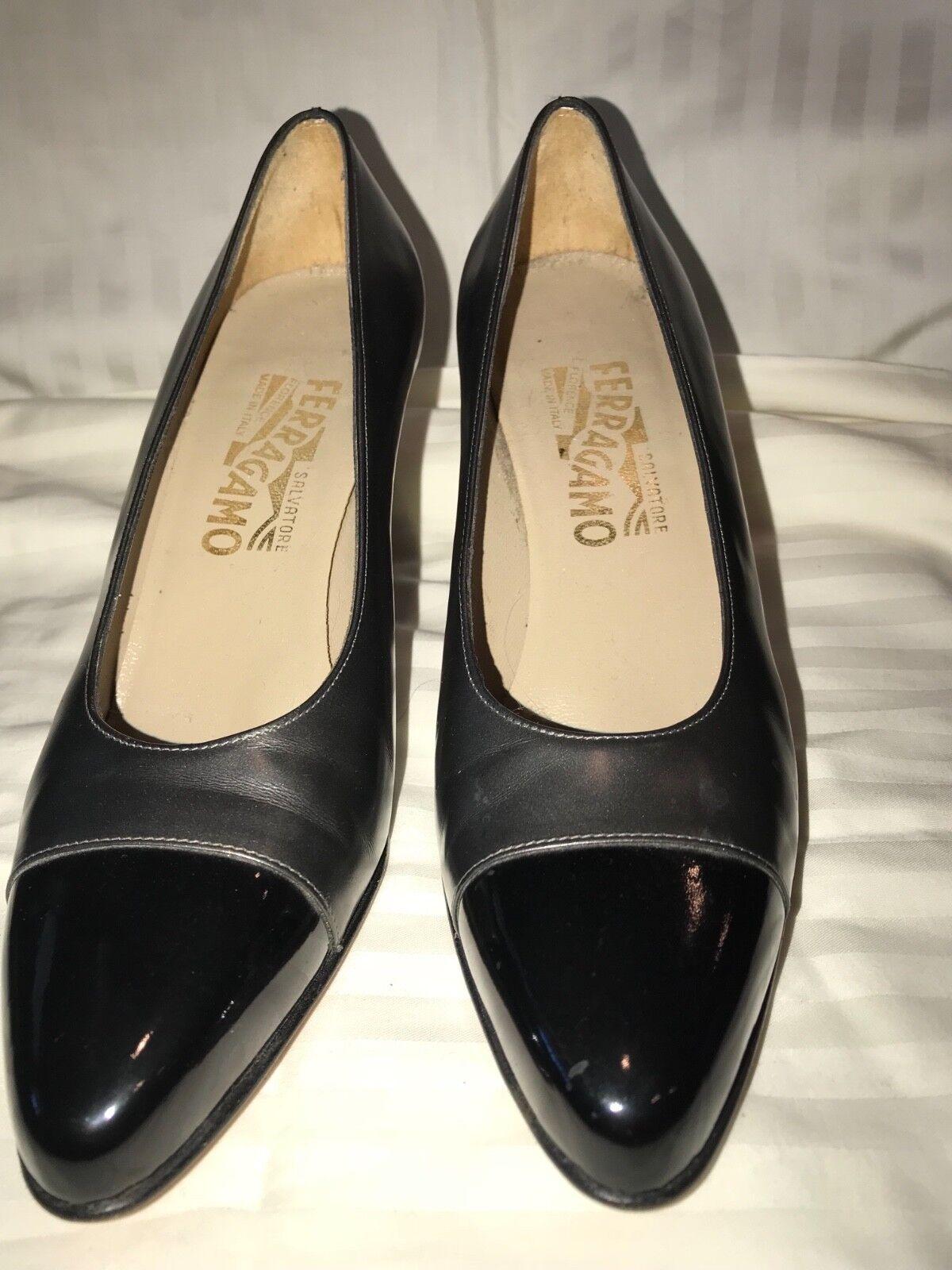 Woman's Ferragamo patent Leder toe and gunmetal gray pumps Größe 7