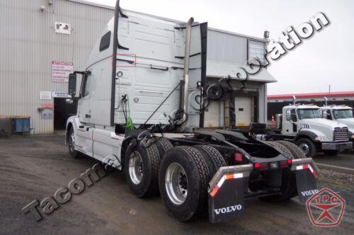 Volvo VNL Fairing Middle Support BracketLeft