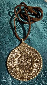 Massiver-tibetischer-Kalender-Buddha-Amulett-Anhaenger-dickem-Lederband-NEPAL