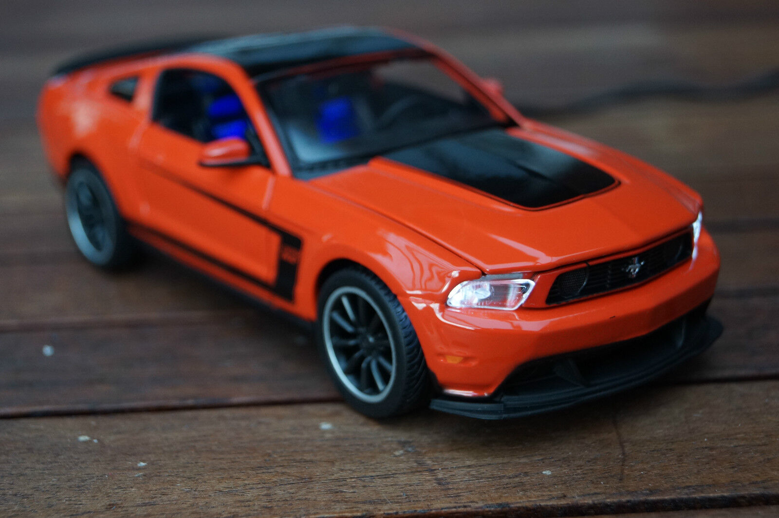 FORD MUSTANG BOSS 302 IN 1 1 1 24 MIT LED-BELEUCHTUNG(XENON) MAISTO orange fa9314
