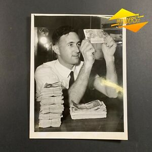 VINTAGE-c-1950-039-s-HERALD-SUN-WEEKLY-TIMES-PRESS-PHOTO-COUNTERFEIT-5-NOTE-PHOTO