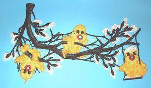 Plauener-Spitze-Fensterbild-Kueken-Ast-Kaetzchen-mehrfarbig-26-x-15-cm-Ostern
