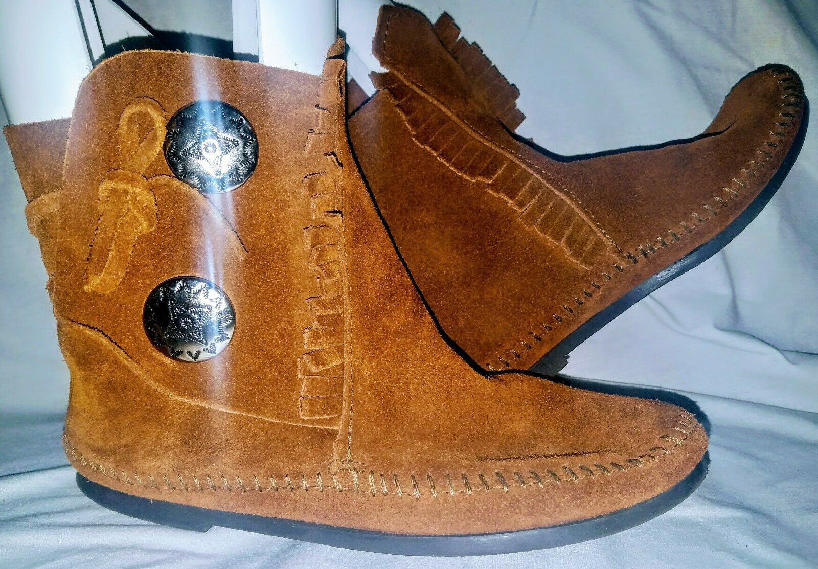 Minnetonka Women&#039;s Two Button Concho Hardsol<wbr/>e Moccasin Brown Suede Boots -  Sz 7