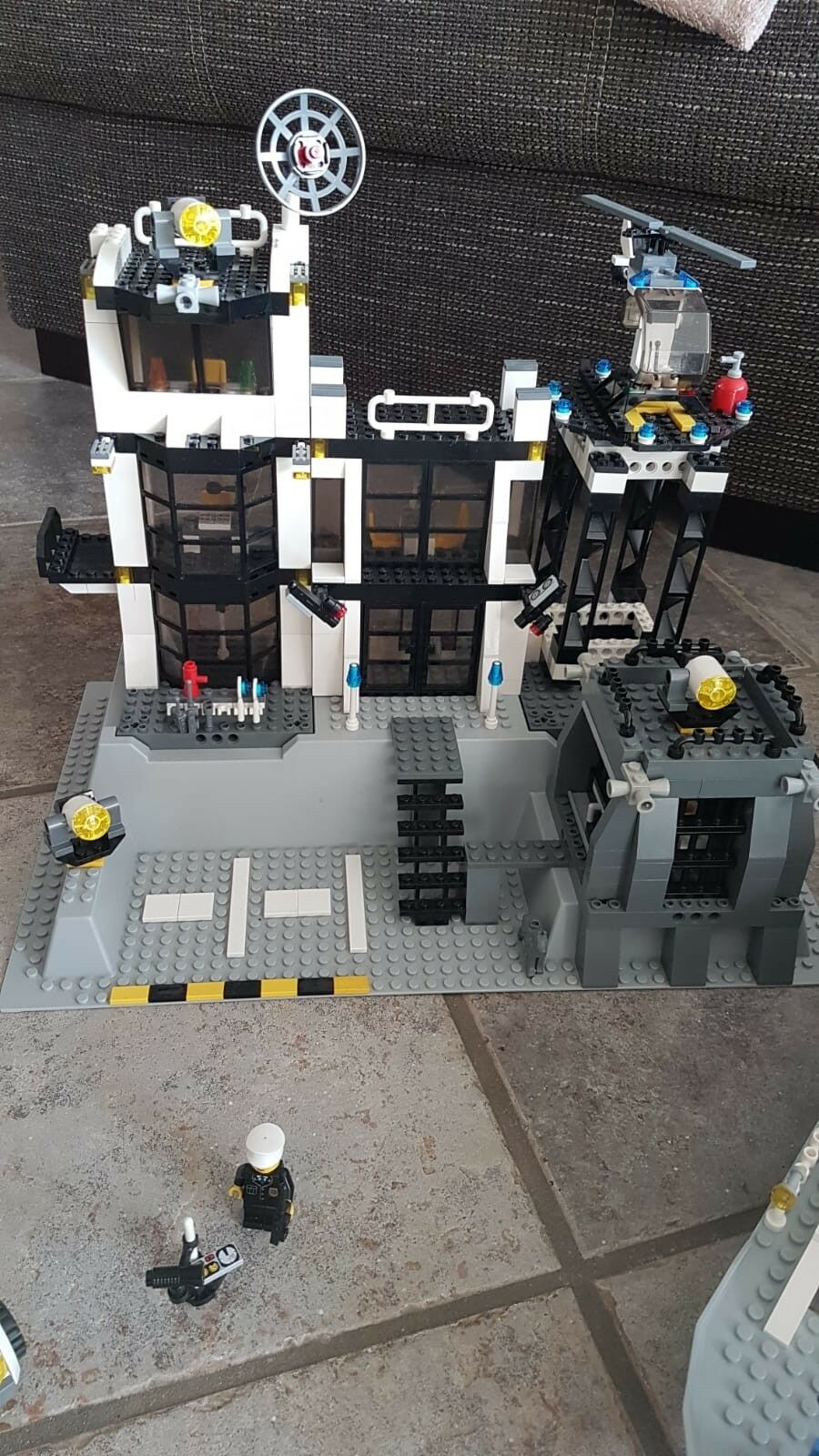 LEGO City Polizeistation (7744) und Lego PolizeiStiefel (7899)