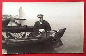 Foto-AK-um-1925-Typen-Fischer-mit-kleinen-Segelboot-Seemann-4900