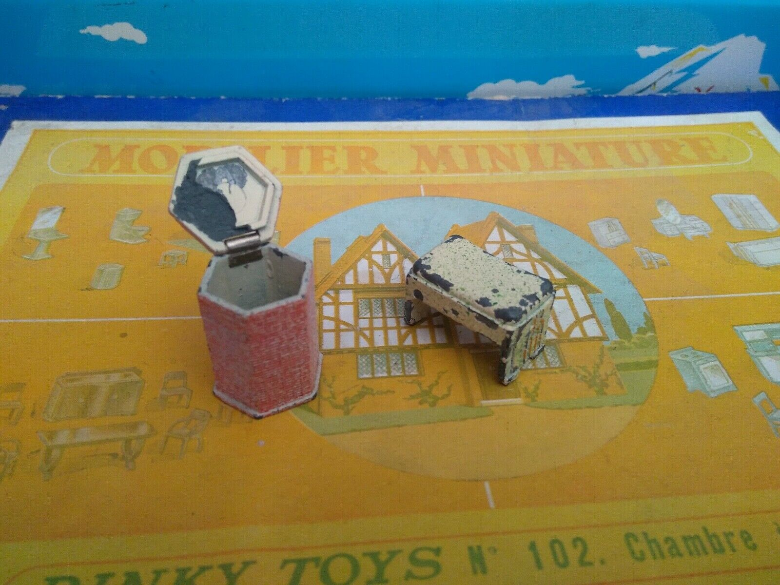 DINKY TOYS FRANCE MOBILIER MINIATURE SALLE DE BAINS REF 104 POUBELLE + TABOURET