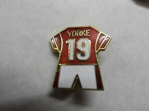 f87ac7c73 FOOTBALL BADGE MANCHESTER UNITED YORKE NO19 KIT GILT BROOCH PIN FITTING -  Scarborough