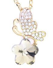 Grande oro e la farfalla chiara su una collana di fiori di prugna