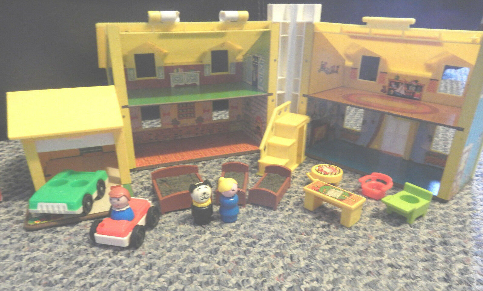 VINTAGE FISHER PRICE PRICE PRICE LITTLE PEOPLE PLAY FAMILY HOUSE YELLOW-CAR-PEOPLE-FURNITURE f3d9a9