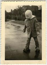 PHOTO ANCIENNE - ENFANT PATIN À ROULETTES JEU - CHILD SKATE - Vintage Snapshot