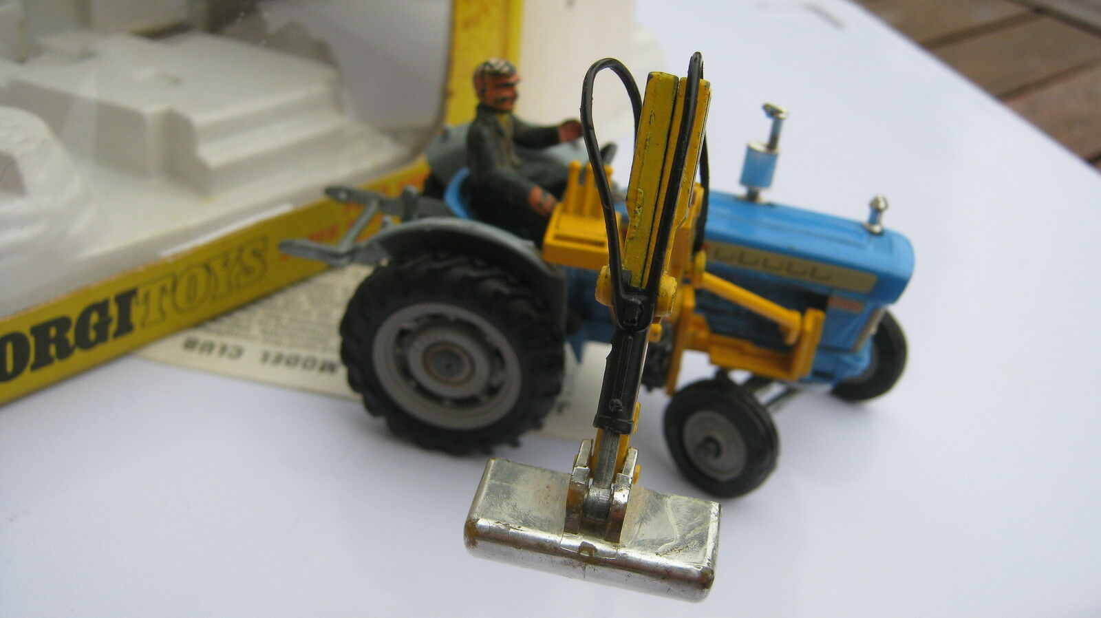 CORGI 74 66 FORD 5000 5000 5000  Superba  & MASSEY FERGUSSON  playworn  trattori in scatole 72f5a9