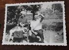 Photo Vintage snapshot 1938 Chaugey vieille femme pêcheur petit poisson humour
