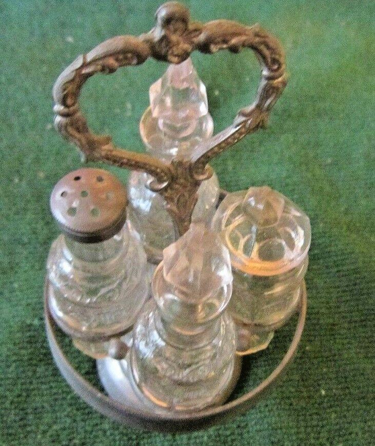 Muñeca En Miniatura Antiguo Vinagrera SET 4 botellas de vidrio sentado en Soporte De Metal Década de 1900
