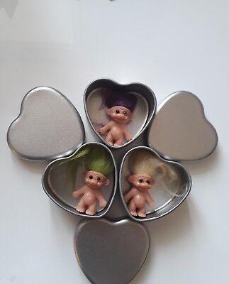 3 Mini Troll Portafortuna Figura Bambola In Mini Cuore In Metallo Latta Regalo Di Natale Stocking Filler-mostra Il Titolo Originale