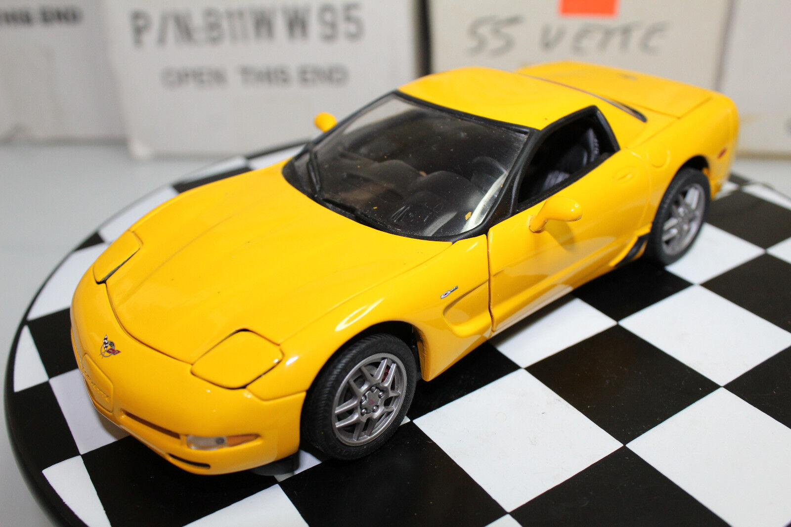 Franklin Mint 1:24 Scale 2003 CHEVROLET CORVETTE Z06 HARDTOP  giallo