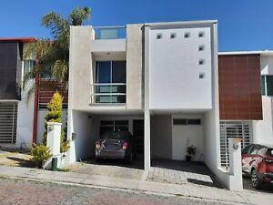Casa en renta en Lomas del Valle con tres habitaciones con baño cada una